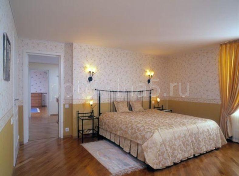Фото креатиыных натяжных потолков в спальне.